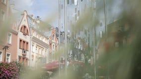 Muchos espejos cuelgan en las cuerdas en el viento en la ciudad Letonia de Riga almacen de metraje de vídeo