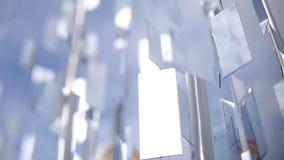 Muchos espejos cuelgan en las cuerdas en el viento en la ciudad Letonia de Riga metrajes