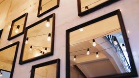 Muchos espejos están colgando en la pared almacen de video
