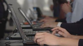 Muchos estudiantes en escuela usando el ordenador en la sala de clase HD lleno almacen de video