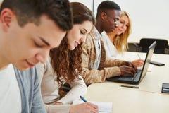 Estudiantes que aprenden en conferencia Imagenes de archivo