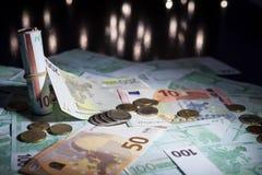 Muchos euros en cierre para arriba fotos de archivo