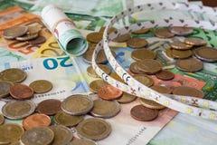 Muchos euros en cierre para arriba y llevaron la luz fotografía de archivo