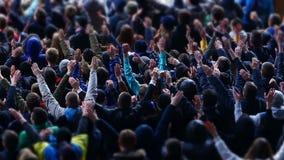 Muchos fans que aplauden y que apoyan al equipo de fútbol en el estadio, evento que se divierte metrajes