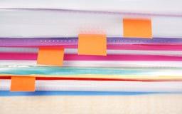Muchos ficheros y notas pegajosas Foto de archivo libre de regalías