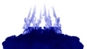 Muchos flujos de tinta azul aislada inyectan La pintura azul se nubla en el agua, tiro en la cámara lenta Uso para el fondo manch libre illustration