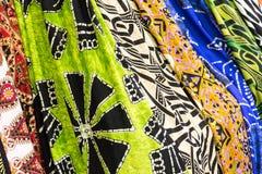 Muchos fulares coloreados listos para ser venta Imagen de archivo libre de regalías