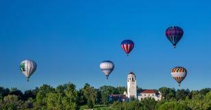 Muchos globos del aire caliente asoman sobre el depósito de tren en Boise Idaho Imágenes de archivo libres de regalías