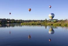 Muchos globos del aire caliente sobre el río de Deschutes Imagen de archivo