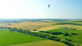 Muchos globos en el cielo sobre un campo metrajes