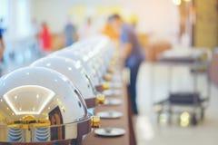 Muchos golpean las bandejas heated listas para el servicio, comida de abastecimiento de la comida fría Foto de archivo libre de regalías