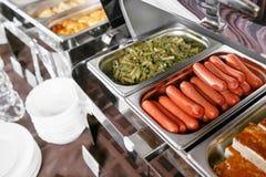 Muchos golpean las bandejas heated listas para el servicio Desayuno en la comida fría del abastecimiento del hotel, envases del m Fotos de archivo
