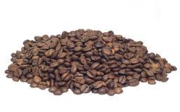 Muchos granos de café aislados en blanco Foto de archivo