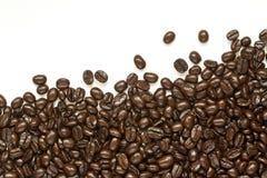 Muchos granos de café en el fondo blanco Imagen de archivo libre de regalías