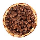Muchos granos de café en una opinión superior de la cesta foto de archivo