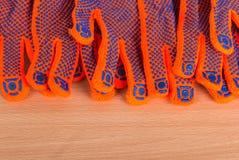 Muchos guantes están mintiendo en fondo de madera Fotografía de archivo libre de regalías