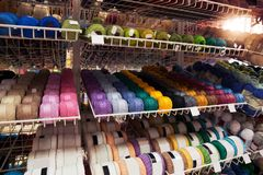 Muchos hilos multicolores en el estante imagenes de archivo