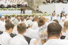Muchos hombres y mujeres ruegan a Jesús E blurry fotografía de archivo libre de regalías