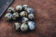 Muchos huevos de codornices huevos de codornices en la tabla marrón Huevos de codornices en fondo de madera Imagen de archivo libre de regalías