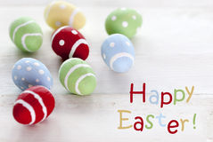 Muchos huevos de Pascua coloridos con el texto inglés Pascua feliz Foto de archivo libre de regalías