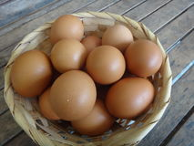 Muchos huevos del pollo en la cesta Imagen de archivo libre de regalías