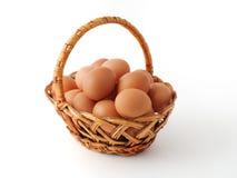 Muchos huevos en la cesta imagen de archivo