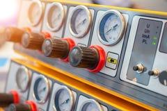 Muchos indicadores de presión en el panel de control del equipo de medida Foto de archivo