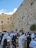 Muchos judíos religiosos recolectados para el rezo Imágenes de archivo libres de regalías