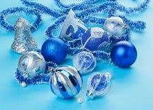 Muchos juguetes de las decoraciones de la Navidad en azul claro Fotografía de archivo libre de regalías