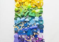 Muchos juguetes de los niños Fondo blanco Endecha plana Copie el espacio para el texto fotos de archivo