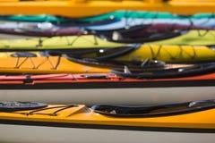 Muchos kajaks coloridos del mar Imágenes de archivo libres de regalías