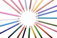 Muchos lápices coloreados aislados en el fondo blanco, lugar para el texto Fotos de archivo libres de regalías