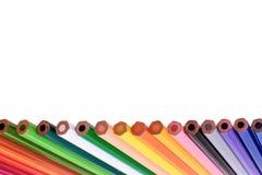 Muchos lápices coloreados aislados en el fondo blanco, lugar para el texto Imagen de archivo libre de regalías
