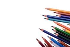 Muchos lápices coloreados aislados en el fondo blanco, lugar para el texto Imagenes de archivo
