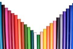 Muchos lápices coloreados aislados en el fondo blanco, lugar para el texto Foto de archivo