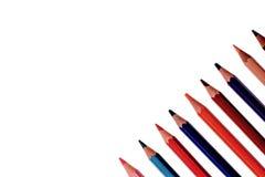 Muchos lápices coloreados aislados en el fondo blanco, lugar para el texto Imagen de archivo