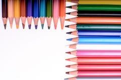 Muchos lápices coloreados aislados en el fondo blanco, lugar para el texto Fotografía de archivo