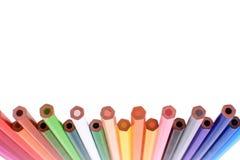Muchos lápices coloreados aislados en el fondo blanco, lugar para el texto Imágenes de archivo libres de regalías