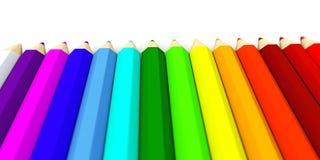 Muchos lápices coloreados en fila en un fondo blanco Fotos de archivo