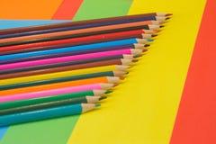 Muchos lápices coloreados en fondo coloreado arte de los lápices del color como papel pintado Imagen de archivo