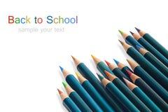 Muchos lápices de madera coloreados y texto imagen de archivo