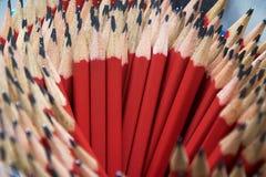 Muchos lápices rojos fijaron en un arreglo circular fotografía de archivo