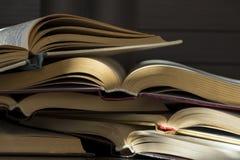 Muchos libros abiertos Imagenes de archivo