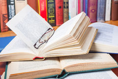 Muchos libros abiertos en el escritorio Fotos de archivo
