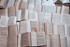 Muchos libros abiertos viejos llenados para arriba Foto de archivo