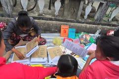 Muchos libros chinos del horóscopo están para la venta en el treet en el Año Nuevo lunar en Vietnam Foto de archivo libre de regalías