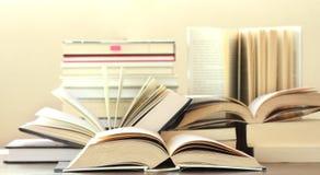 Muchos libros de tapa dura Fotografía de archivo
