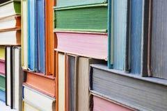 Muchos libros viejos apilados en textura fotografía de archivo