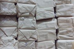 Muchos los paquetes de papel para entregan el correo o lo salvan en departamento Fotos de archivo