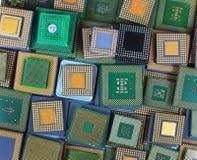 Muchos microprocesadores viejos de la CPU y procesadores obsoletos del ordenador como fondo Fotografía de archivo